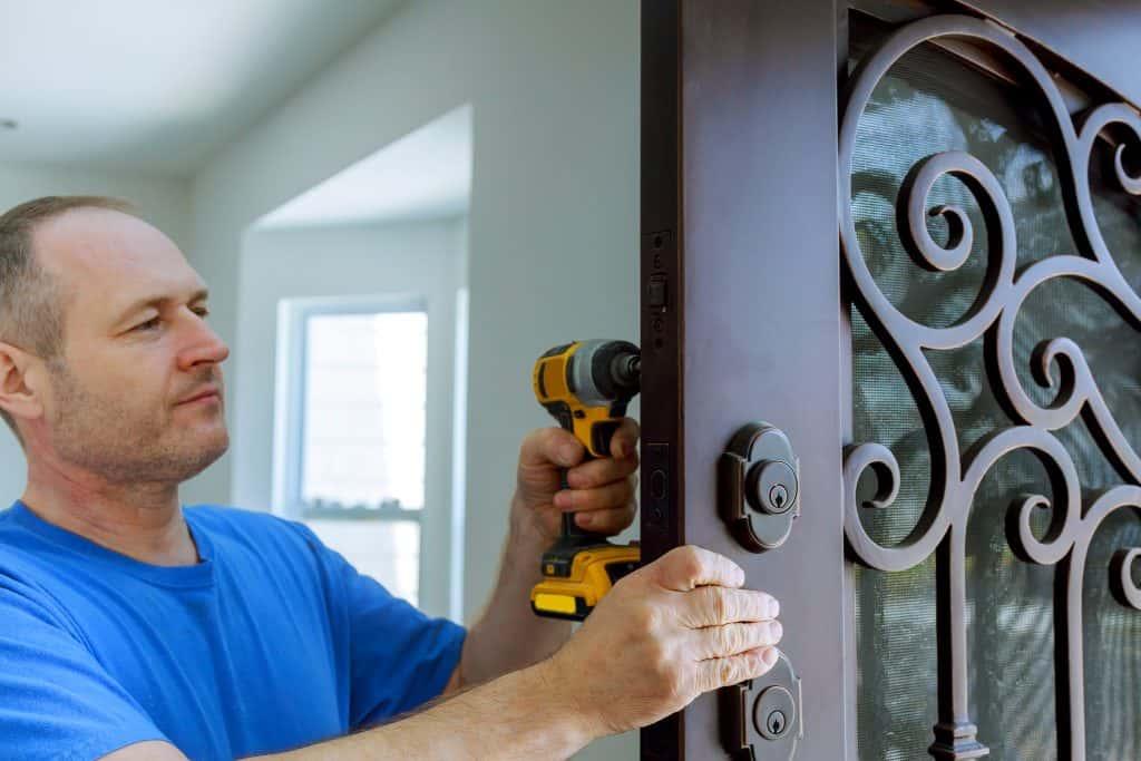 פורץ דלתות מקצוען במזכרת בתיה